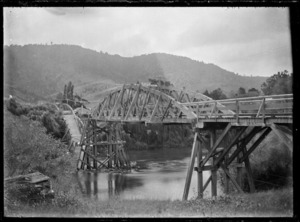 Damaged bridge over the Waipa River, 1917.