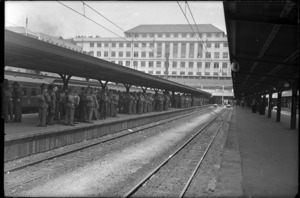 Railway platform at Wellington Railway Station, circa 1940