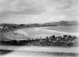 Muir and Moodie fl 1898-1916: Beach at Lyall Bay, Wellington