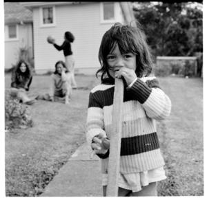 Māori and pākehā children playing outside their homes