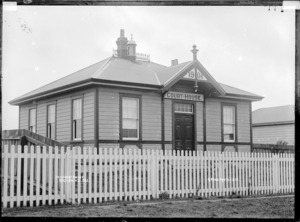 Raglan courthouse, 1910 - Photograph taken by Gilmour Brothers