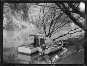 Launch and boat on Mokau River