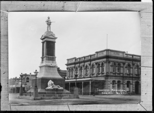 Troopers memorial and Globe Hotel, Oamaru