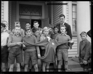 British rugby player Jeff Butterfield with a group of boys at Te Aro School, Wellington