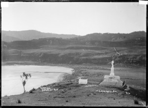 Monument to Tuaiwa Ngatipare overlooking bay at Patikirau, Raglan Harbour, 1910 - Photograph taken by Gilmour Brothers