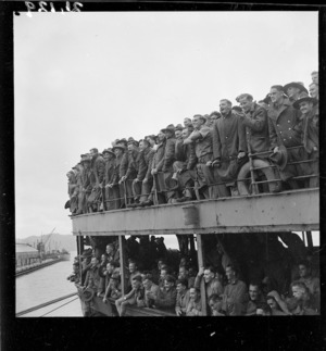 World War 2 soldiers on furlough arriving in Wellington