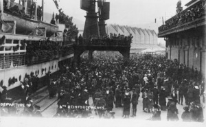 Crowd farewelling NZEF 6th reinforcements leaving on the ship Willochra