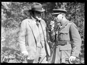Sir Thomas MacKenzie talks with the New Zealand War Correspondent in France, World War I