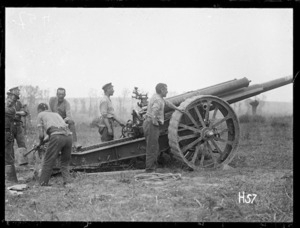 A New Zealand artillery gun and gun crew at the Battle of Messines