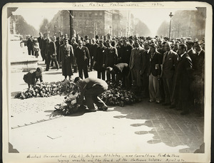 Photograph of Jack Lovelock and others laying wreathes at the Tomb of the Unknown Soldier, Paris