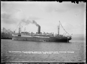 Willochra, Her Majesty's New Zealand Transport no 14, arriving in Wellington with wounded soldiers from Gallipoli, Turkey - Photograph taken by D J Aldersley
