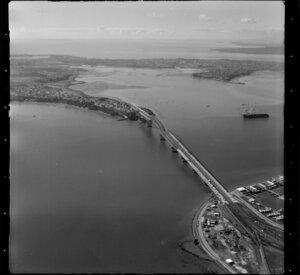Auckland Harbour Bridge, looking North