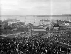 Crowd at Auckland wharves