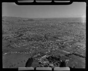 Burwood looking towards Christchurch City Centre, Canterbury Region, including Christchurch Golf Club (bottom right), grand house and gardens on Horseshoe Lake Road (foreground) and Shirley Boys' High School