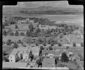 Government Gardens, Rotorua, showing Hinemaru Street with lawn bowling greens, Blue Baths and The Bath House (later know as Rotorua Museum),and Lake Rotorua beyond