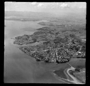 Showing a closeup view of Raglan Township on shoreline of inner Raglan Harbour, Waikato