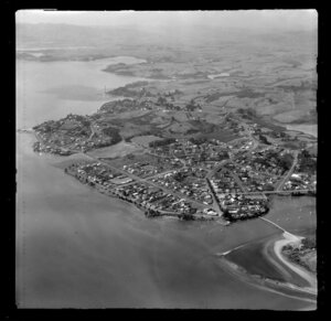 Showing a closeup view of Raglan Township on the shoreline of inner Raglan Harbour, Waikato