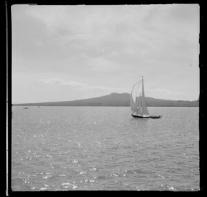Unidentified yacht, yachting, Auckland Harbour Regatta, including Rangitoto Island in the background