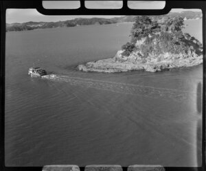 Paihia, showing boat and Taylor Island