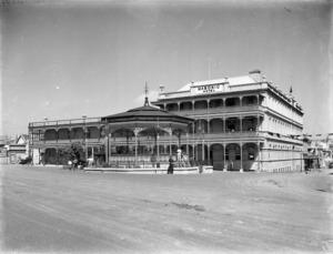 Masonic Hotel and band rotunda, Napier