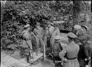 New Zealand journalists visit Divisional headquarters, World War I, France